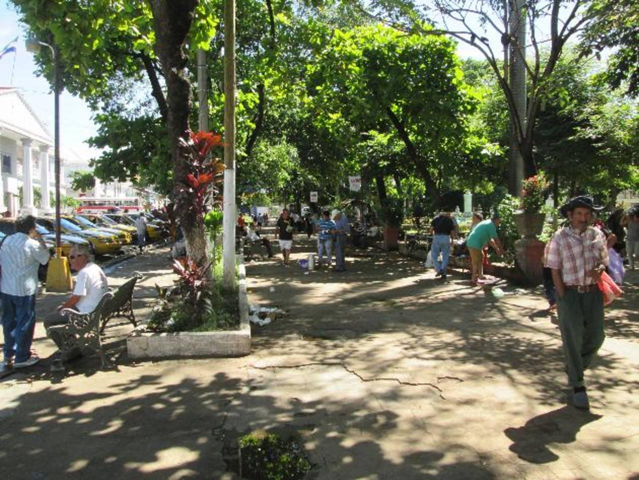 El estado de los arriates evidencia la necesidad de intervención que tiene el parque de Sonsonate. Será cerrado mientras duren los trabajos. Foto EDH / CORTESÍA
