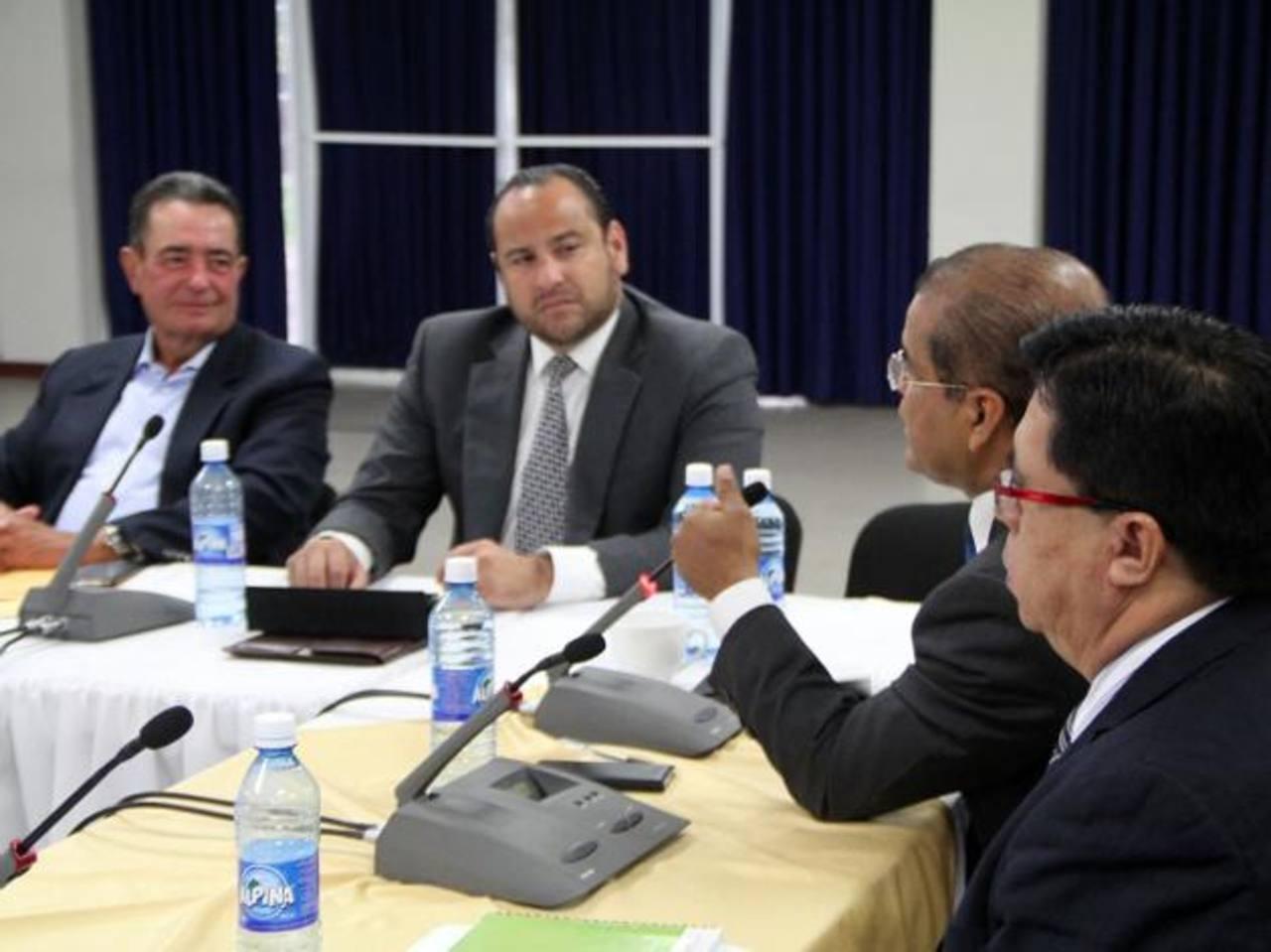 Vicepresidente Ortiz y Lorenzana durante reunión con el Consejo del Asocio para el Crecimiento ayer. foto edh / cortesía