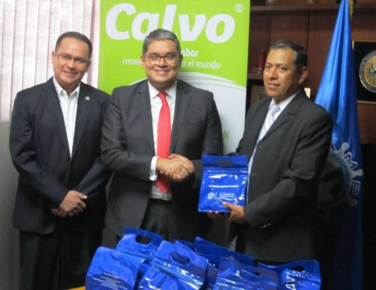 Representante de la Autoridad Marítima Portuaria recibió el donativo que entregarán a los pescadores. Foto EDH / cortesía