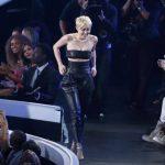"""La polémica y criticada Miley Cyrus entró a escena por la puerta ancha como la ganadora del """"Moonman"""" al Video del año, por """"Wrecking Ball"""". Un chico le dio una sorpresa. Fotos EDH / Agencias"""