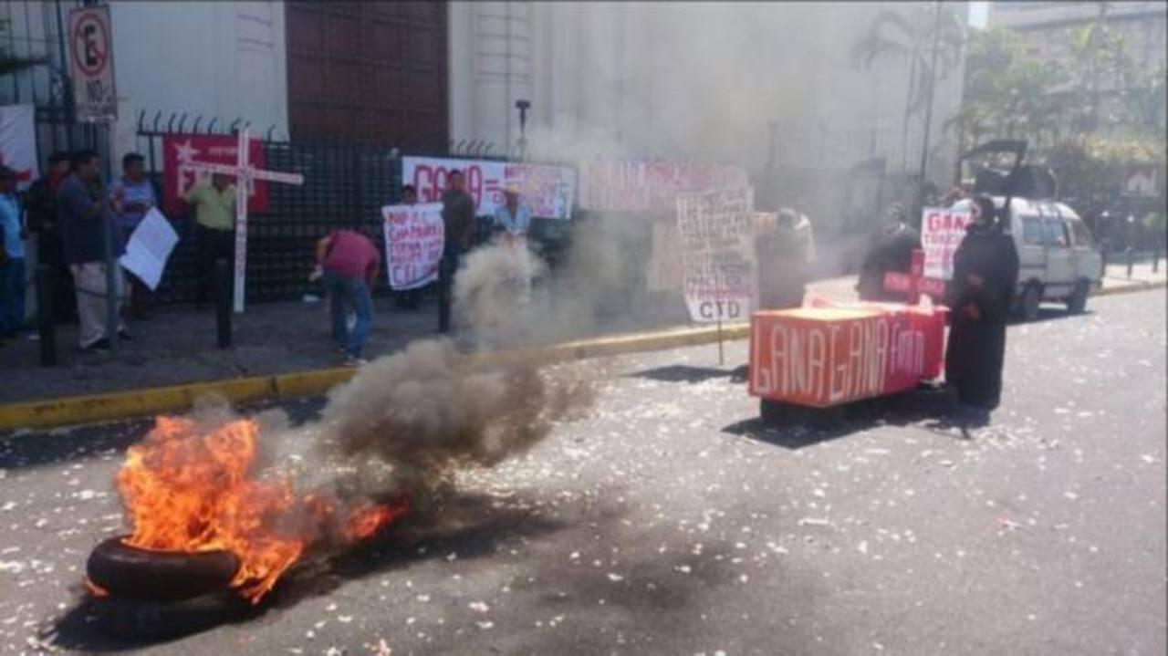 Excombatientes queman llantas frente a Catedral Metropolitana por paquete de impuestos