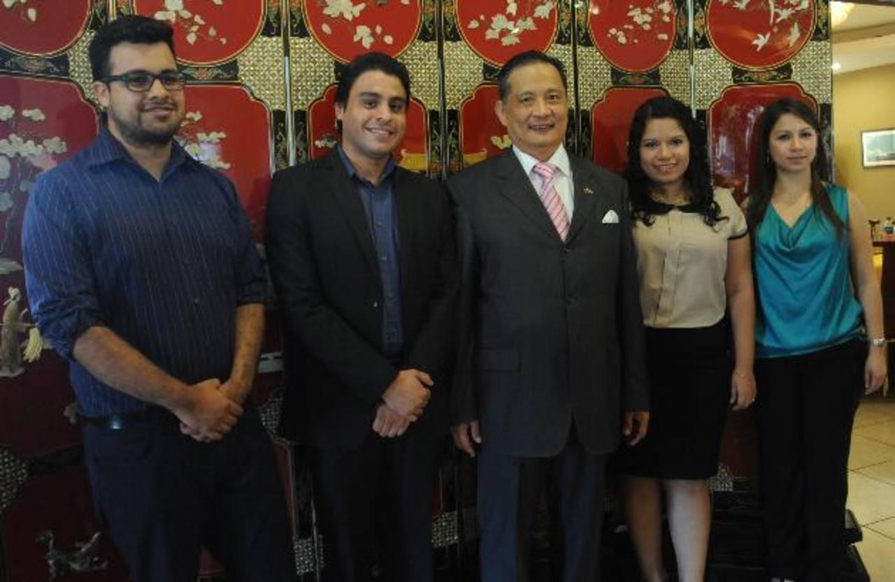 Edwin Mejía, René Aparicio, el embajador de Taiwán en El Salvador, Andrea Lee, Maritza Elizabeth Alberto, y la exbecaria, Lili Rosales, compartieron experiencias. Foto EDH / Lissette Monterrosa.