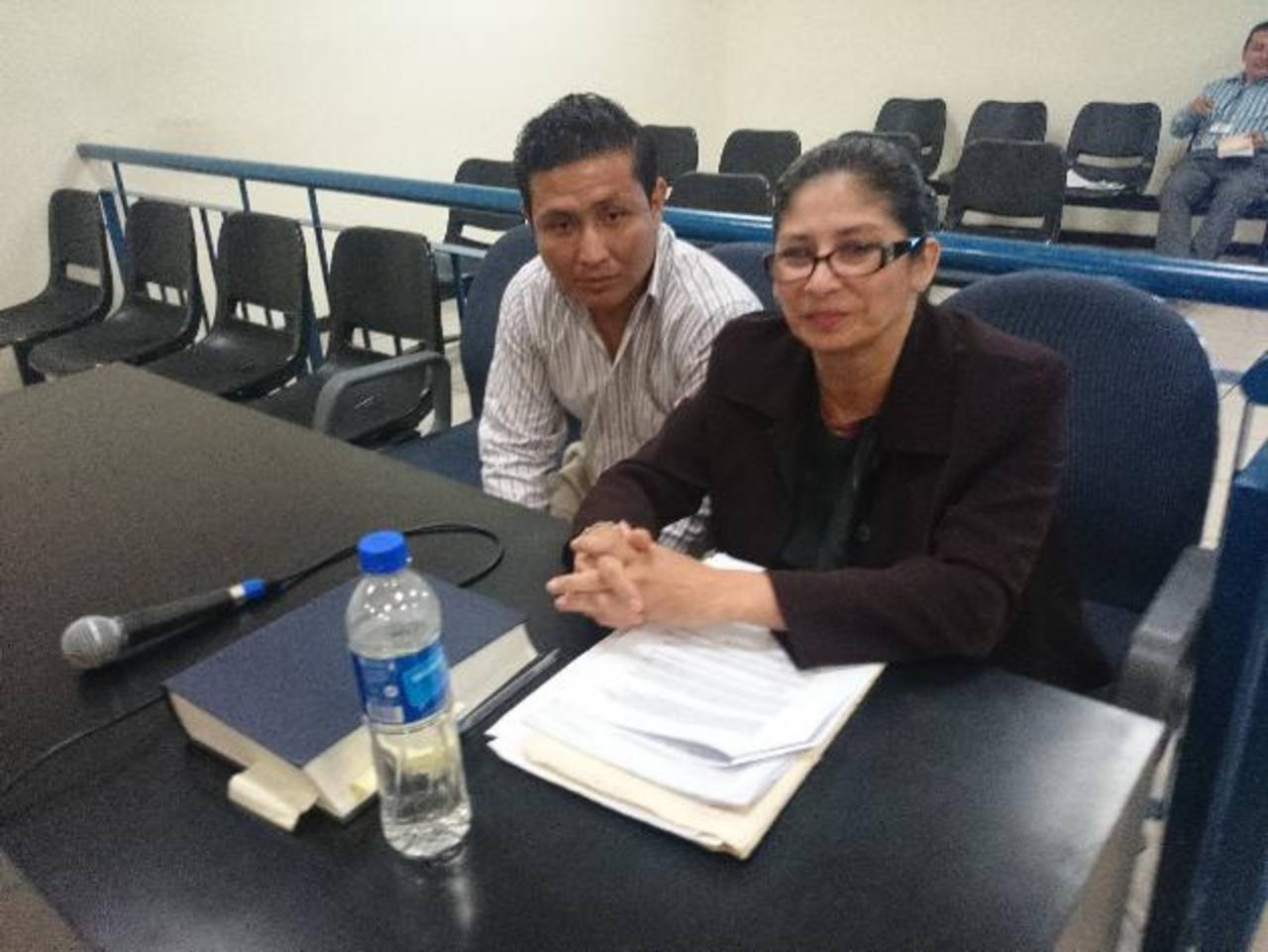 Carlos Eduardo Martínez Meléndez, junto a su defensora, enfrenta un nuevo juicio por secuestro. Foto EDH / David Marroquín.