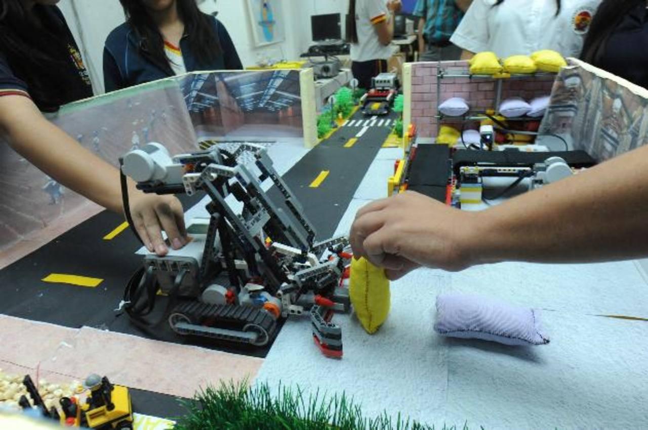 El proyecto de robótica que presentará el Centro Escolar España simula un proceso de automatizado a pequeña escala de selección y transporte de maíz. Foto EDH / Lissette Monterrosa