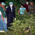 En julio, personal forense, familiares y agentes policiales llegaron al sitio donde se encontró el cadáver del periodista Herlyn Espinal, en las afueras de San Pedro Sula. foto edh / archivo