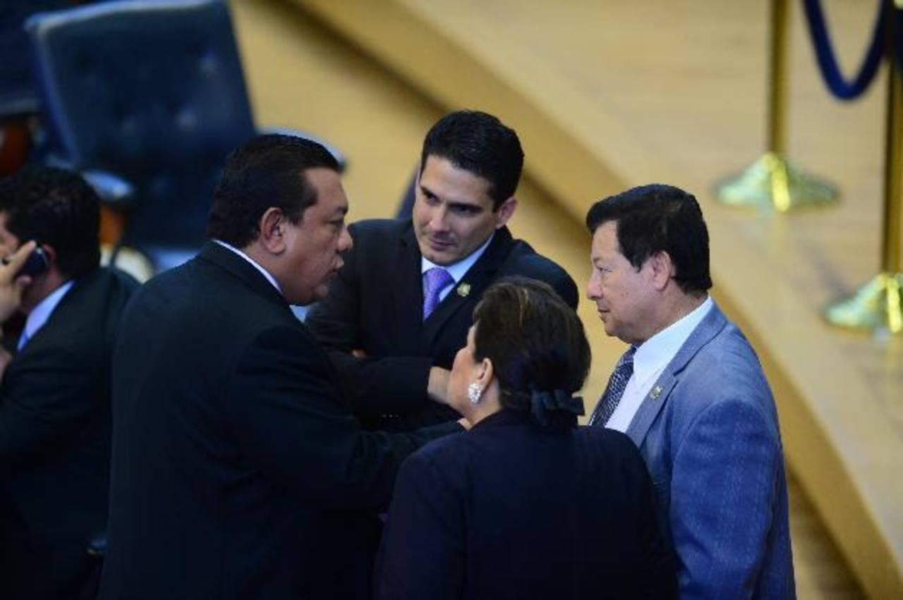 Mario Tenorio de GANA conversa con D?Aubuisson, Margarita Escobar y Antonio Almendáriz, del PCN. foto edh / jorge reyes.