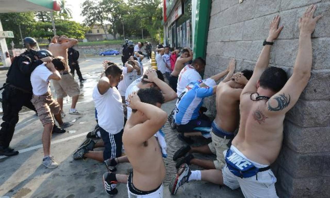 Los involucrados en los incidentes del domingo, serán acusados mañana en un Juzgado de Paz capitalino y tienen prohibido ingresar a los estadios. Foto EDH / Archivo
