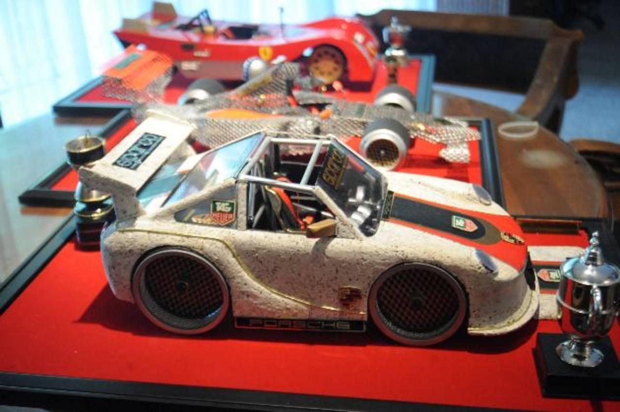 Ferrari a escala, elaborado con piedra pómez y objetos reciclados.