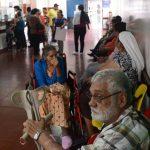 Usuarios del hospital nacional Zacamil en el área de laboratorio clínico. foto edh / douglas urquilla