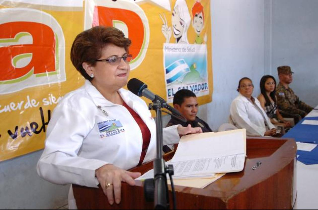 La ministra Violeta Menjívar dijo que los pasajes de los médicos que viajen a África los pagará la OMS. Foto EDH / archivo