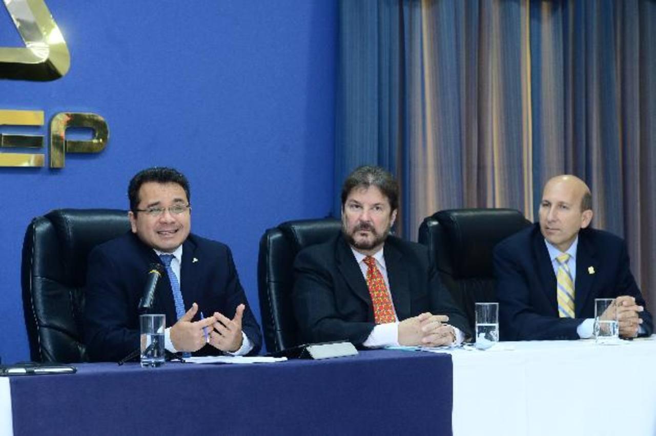 Jorge Daboub (izq.), Luis Cardenal y Javier Simán, representantes de la ANEP, Cámara de Comercio y ASI