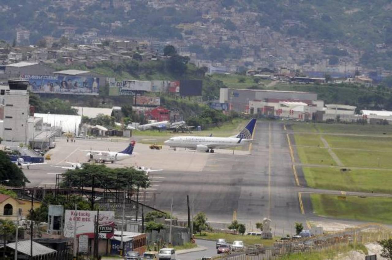 El Aeropuerto Internacional de Toncontín se ha quedado pequeño para la demanda de pasajeros y aerolíneas, según expertos.