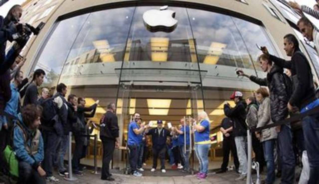 A lo largo de esta semana, medios locales chinos informaron que algunas tiendas en Pekín, aceptaban pedidos anticipados de hasta 4.500 dólares por teléfono para los clientes más impacientes.