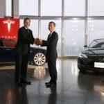 Los CEOS de Panasonic, Yoshihiko Yamada, y de Tesla Motors, Elon Musk, en una de las reuniones que el fabricante nipón tiene con sectores automotrices para fortalecer sus acciones en dicho sector.