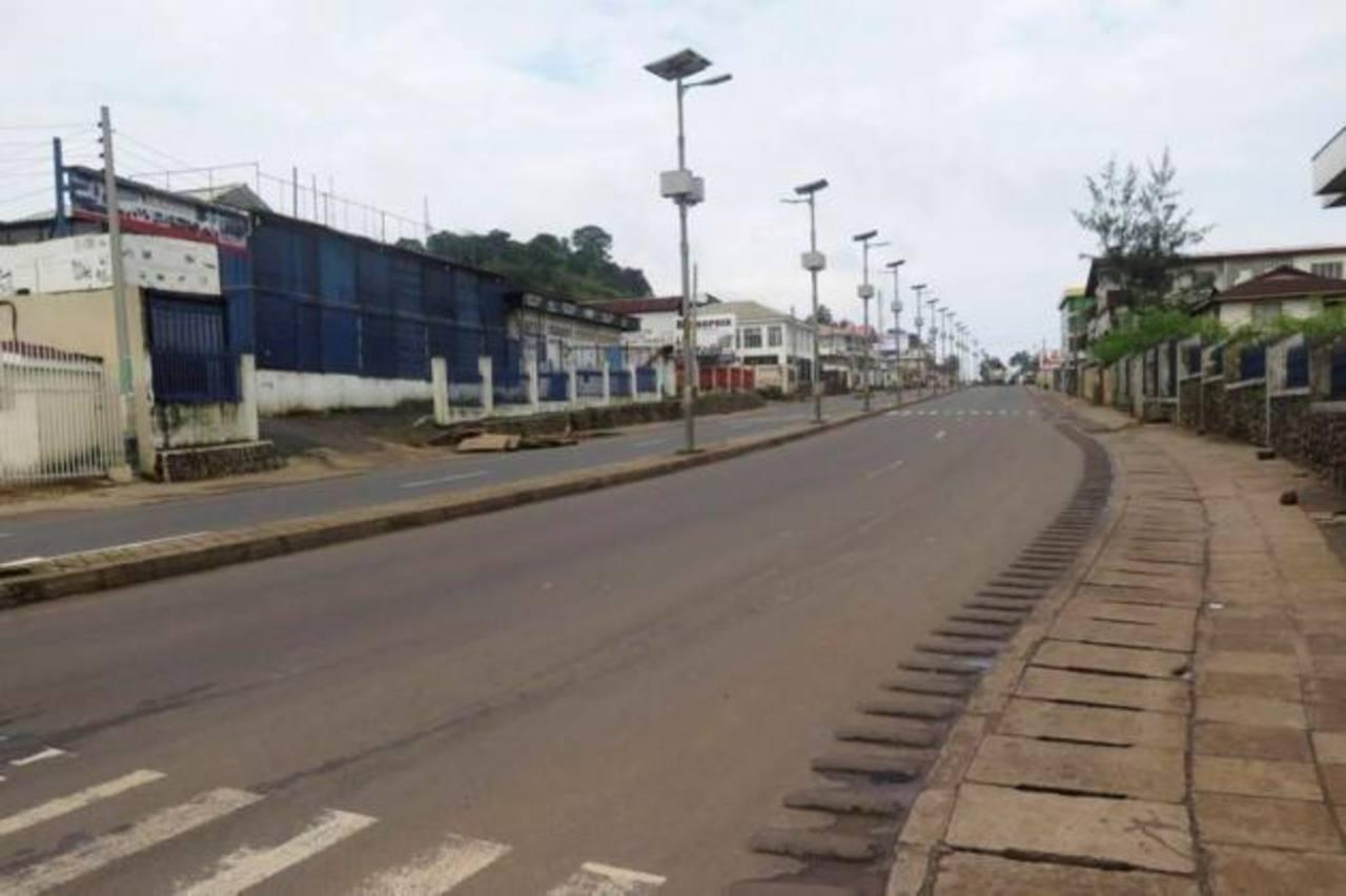 Las calles en la normalmente atestada capital, Freetown, estaban desiertas, a excepción de vehículos que transportaban a policías y trabajadores de salud. los inversores les preocupa el impacto del confinamiento en la producción de mineral de hierro