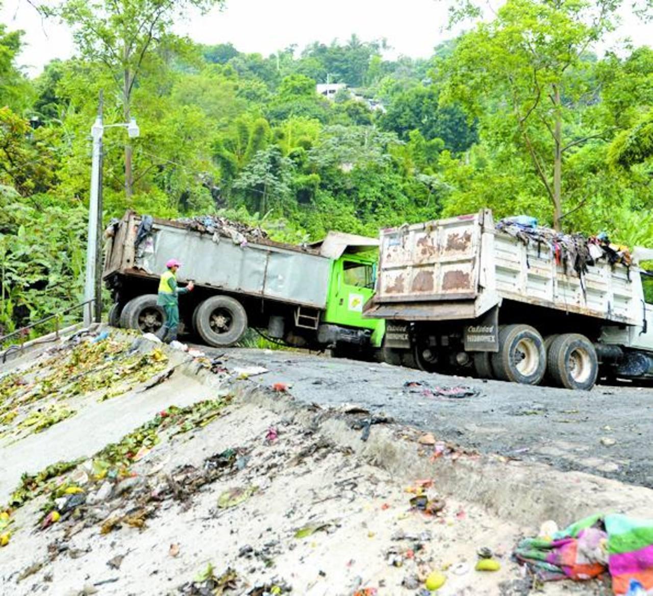 En la planta de transferencia aún queda un promedio de 1500 toneladas de basura por trasladar. Foto EDH / marvin recinos
