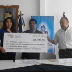 Educación recibió los fondos recaudados durante la carrera aeróbica. foto edh / Mauricio Guevara
