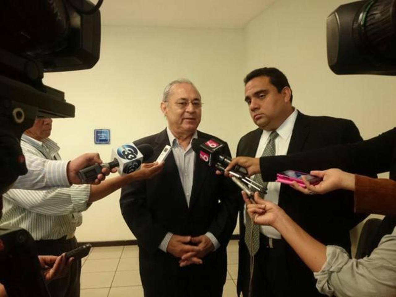 El exministro de Salud, Guillermo Maza, habla con la prensa sobre el procedimiento judicial.