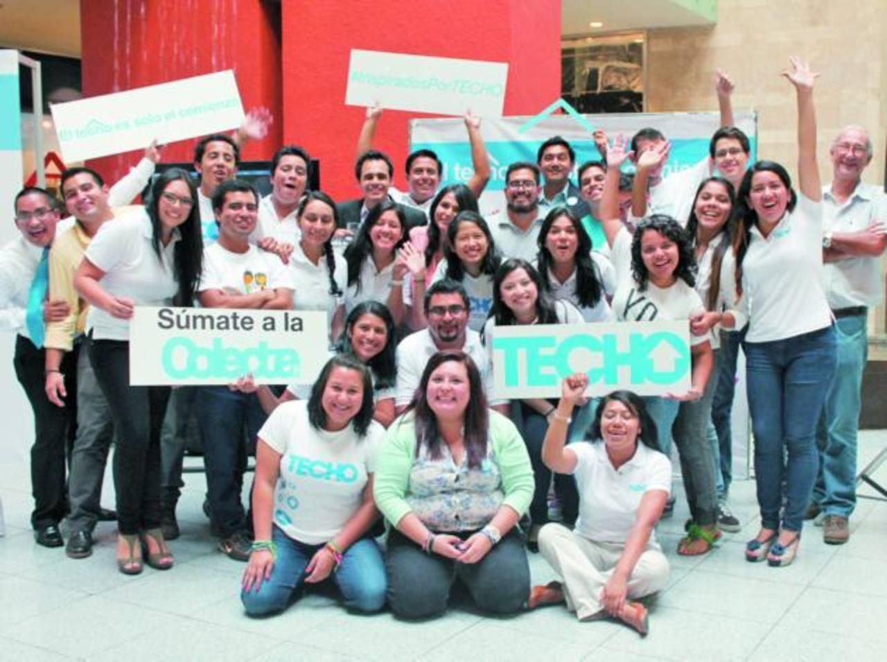 Los voluntarios invitan a los salvadoreños a unirse a la campaña. Foto EDH / Cortesía.