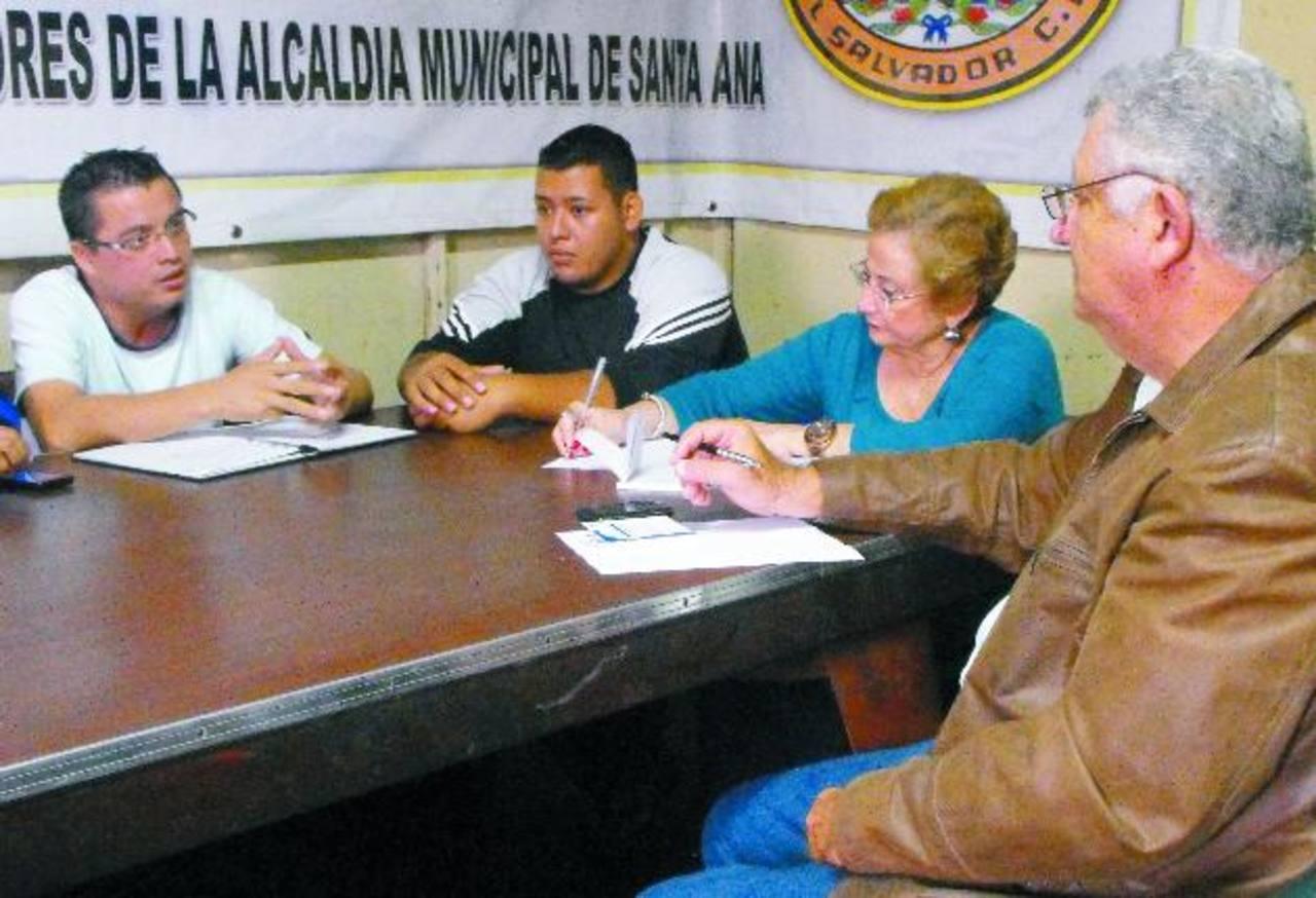 Los diputados de ARENA por Santa Ana realizaron una verificación de las condiciones en que trabajan los empleados municipales de la Ciudad Morena. Foto EDH / Mauricio Guevara