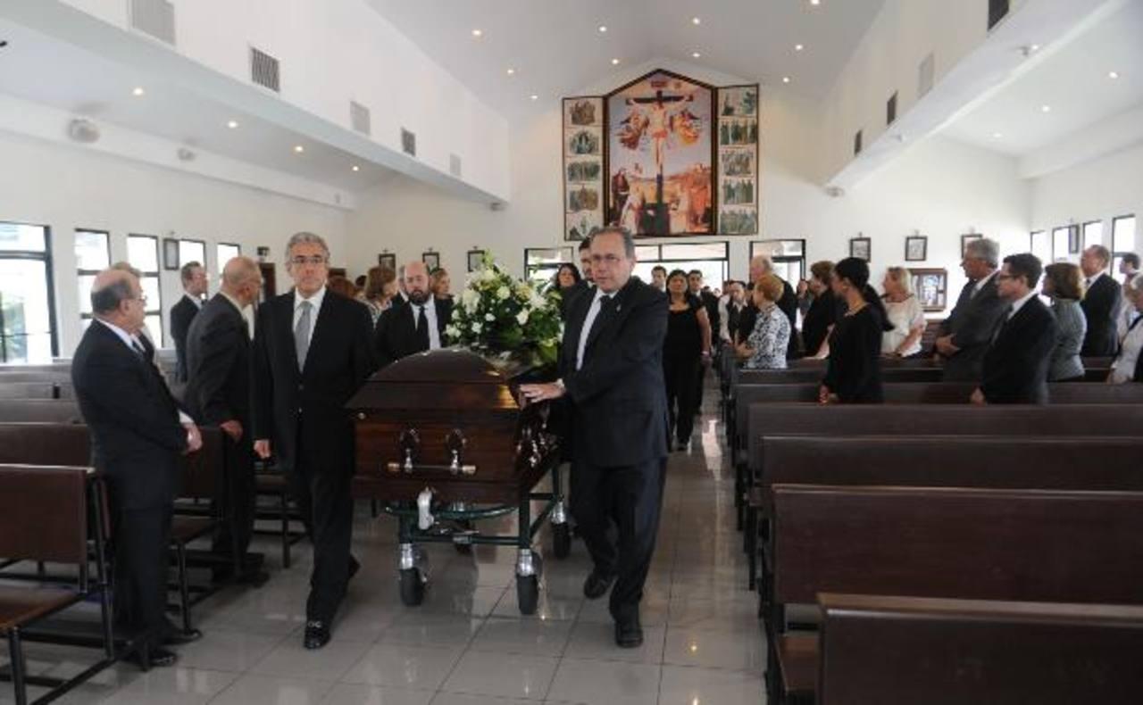 Durante la ceremonia se pidió en oración por este hombre que dedicó su vida al periodismo. Fotos EDH / Miguel Villalta
