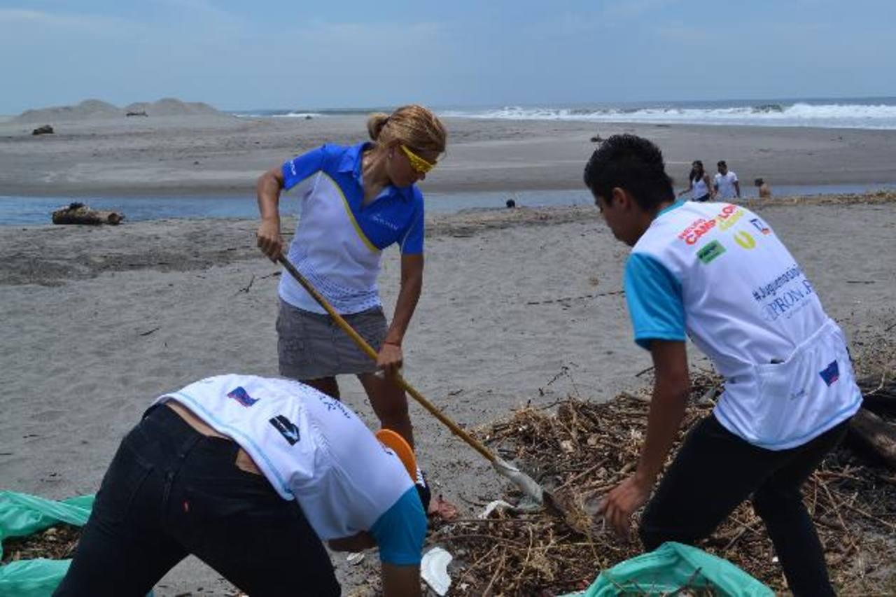 La ciclista Evelyn García participó en la mega jornada de limpieza. Junto a ella se sumaron unos 300 voluntarios de diferentes organizaciones sociales. foto edh / CORTESÍA.