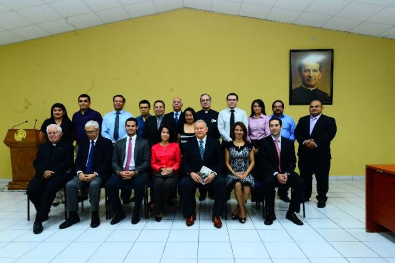 Miembros de la junta directiva de la organización y de directivos de la universidad, junto a los docentes que participarán en el programa. Foto edh /Omar Carbonero