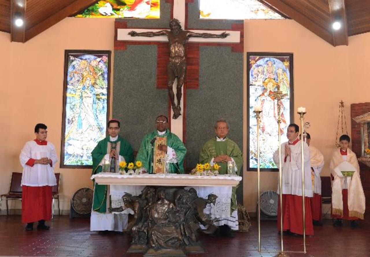 Monseñor Luis Escobar Alas, (izquierda), el Nuncio Apostólico, monseñor León Kalenga, y el sacerdote Napoleón Magaña presidieron la misa. Fotos EDH / MARVIN RECINOS