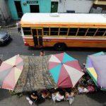 Las ventas informales han invadido las calles del centro histórico de Mejicanos. Foto edh / Claudia Castillo.