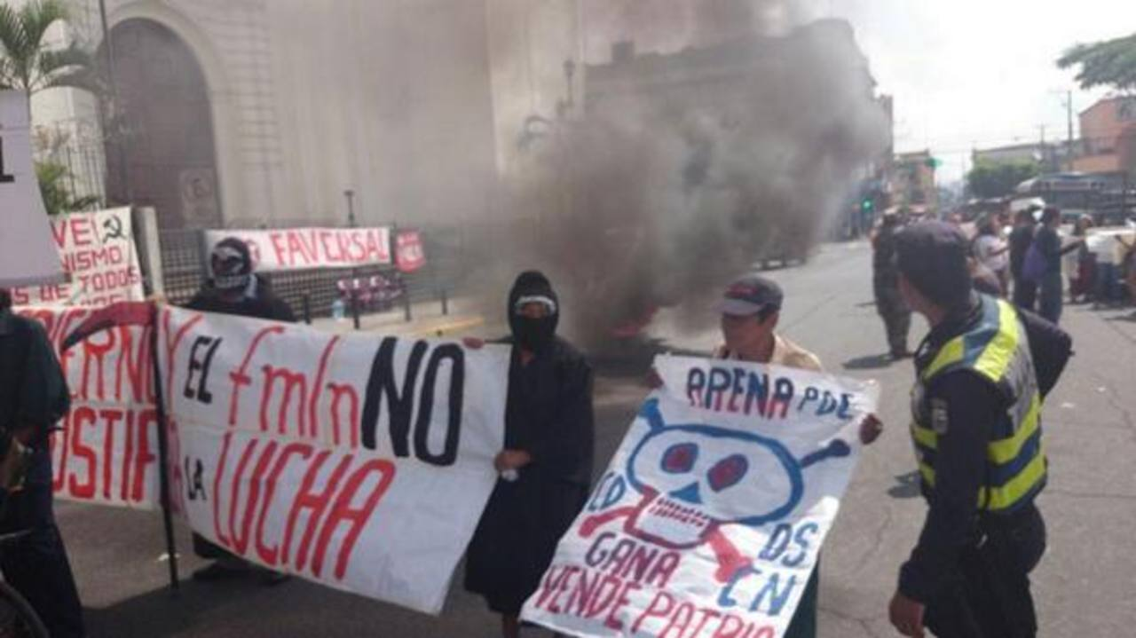 Veteranos de guerra quemaron llantas frente a Catedral Metropolitana.