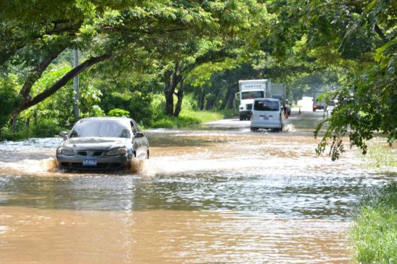 La inundación se registró en el kilómetro 142 de la carretera El Litoral. foto edh / Carlos Segovia