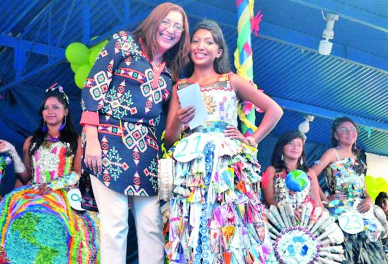 La ganadora del certamen de elaboración de vestidos con reciclados fue Rebeca Rosales. Foto EDH / Mauricio Guevara.