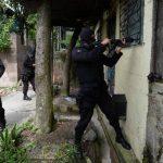 Agentes de la Policía en pleno operativo de búsqueda de los atacantes. Foto EDH / Jaime Anaya.
