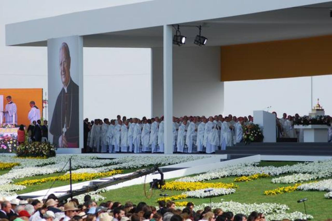 Miles de personas se congregaron en Valdebebas para la ceremonia de beatificación de don Álvaro, cuyo proceso de canonización inició en marzo de 2004. En 2012 el papa Benedicto XVI lo declaró Venerable y en 2013 el papa Francisco firmó el Decreto del