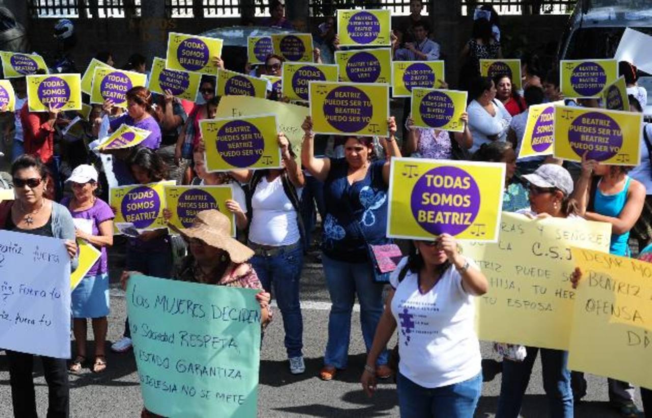 Asociaciones de mujeres en que están de acuerdo con el aborto protestaron en mayo frente a la Corte Suprema de Justicia de El Salvador
