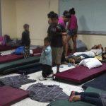 Pobladores esperan en un refugio improvisado después que el huracán Odile golpeó La Paz, en Baja California.