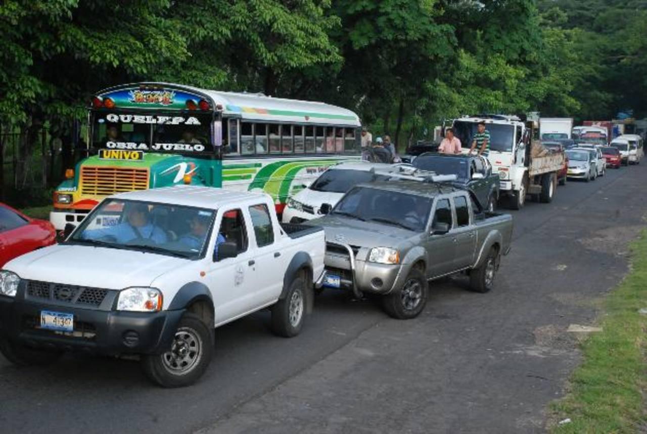 El irrespeto fue incluso de motoristas de vehículos nacionales. La imagen es evidente. foto edh / carlos segovia