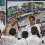 Rafael Barraza, presidente de Banco Agrícola, compartió con los estudiantes. Foto EDH / Cortesía