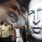 Los gobernantes de Venezuela, Nicolás Maduro (c), y de Argentina, Cristina Fernández (i), visitando el mausoleo de Hugo Chávez.