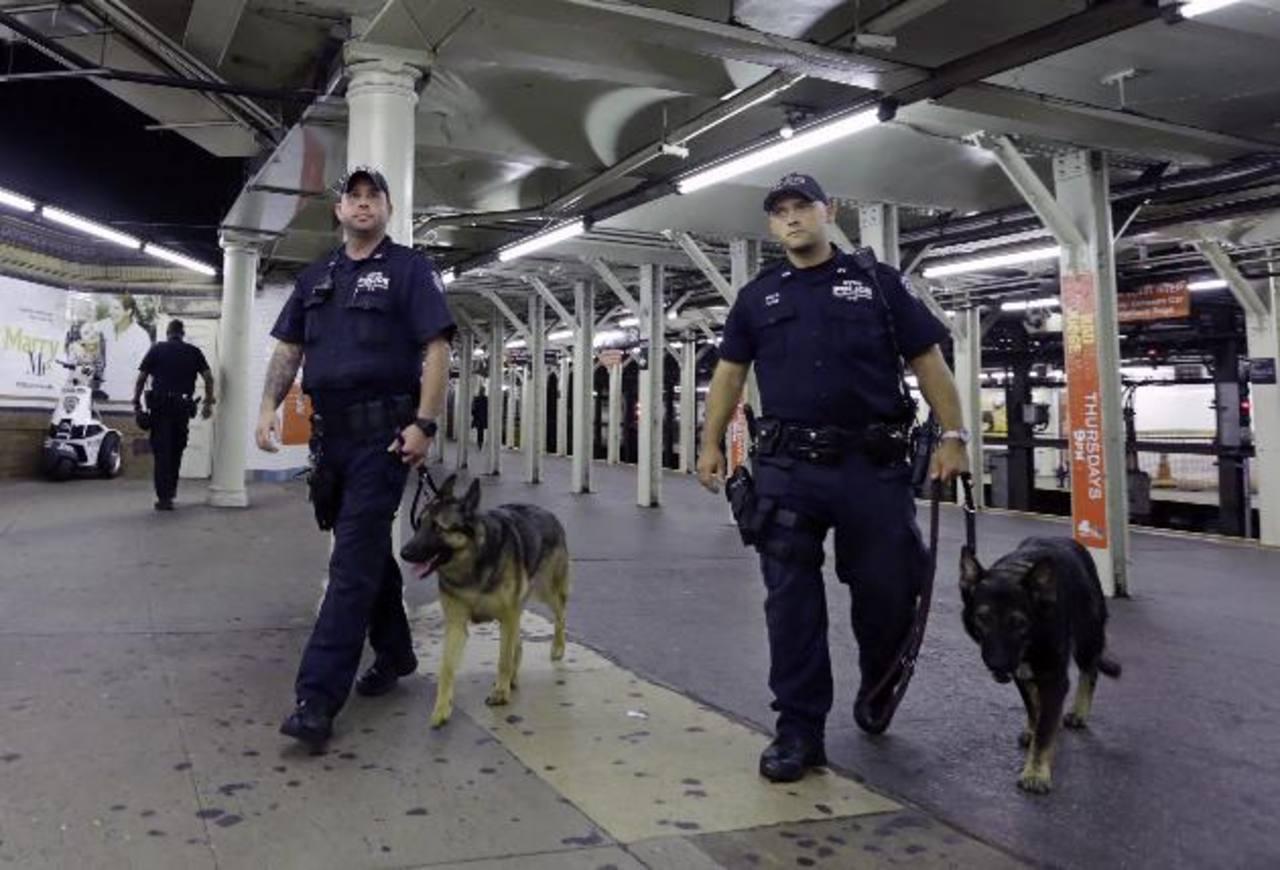 Miembros de la Policía de Nueva York realizaron ayer controles en la estación de metro de Times Square en la Gran Manzana, pese a que el gobierno dijo que no había que temer. EFE