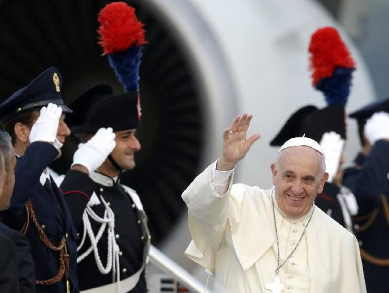 El Papa Francisco, antes de abordar el avión que lo llevó a Albania el domingo.