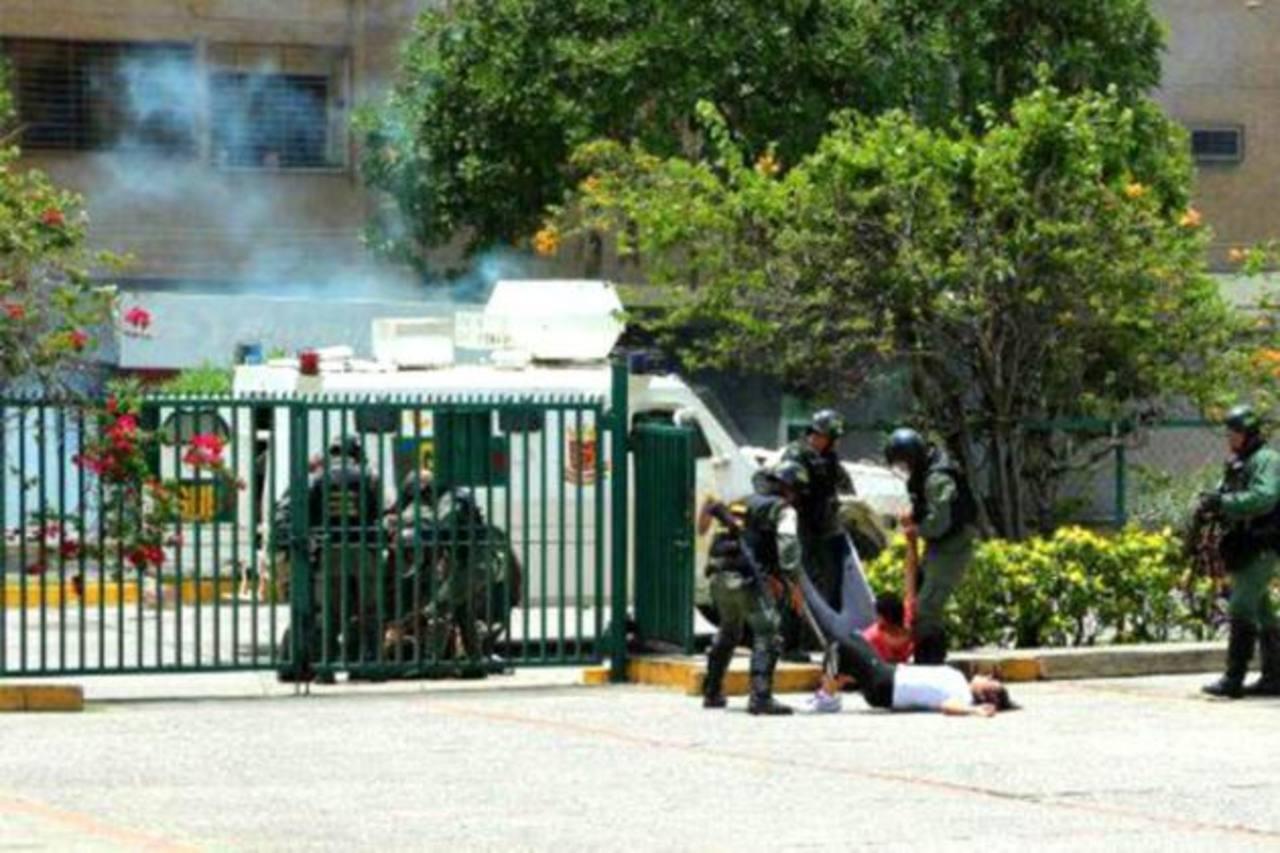 Esta es una de las imágenes que circularon en internet sobre los arrestos hechos por la Policía y la Guardia Nacional el viernes, en Barquisimeto, durante las protestas. foto EDH / Tomada de internet.