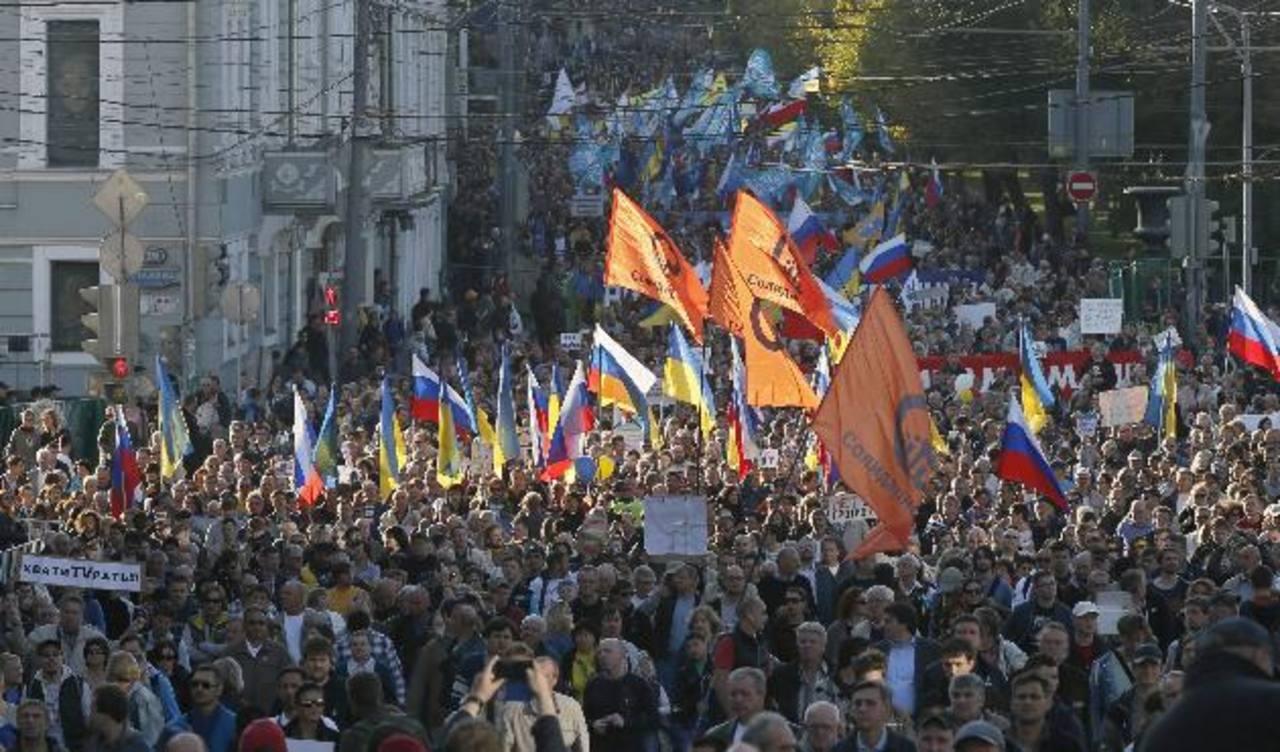 En Rusia, miles de personas protestaron en el centro de Moscú contra la guerra en la vecina Ucrania y contra el apoyo del Kremlin a los prorrusos. foto edh / efe.