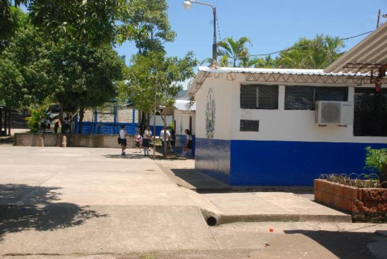 Los estudiantes no pueden usar las aulas más cercanas a la granja porque los olores son insoportables. fotos edh / insy mendoza