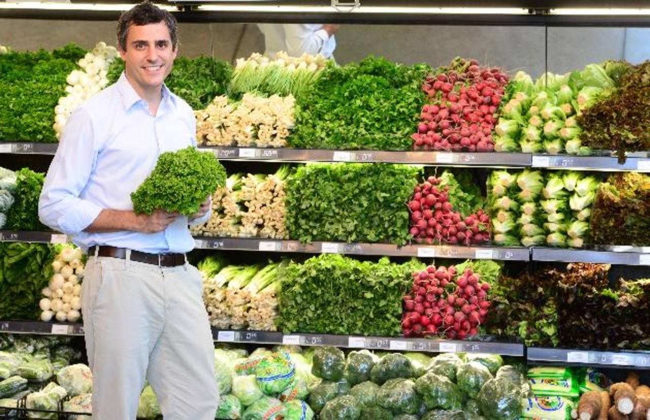 Carlos Calleja, vicepresidente de Grupo Calleja, afirma que las carnes, lácteos, verduras y todo producto perecedero se compra a los productores nacionales. Foto EDH / Éricka Chávez