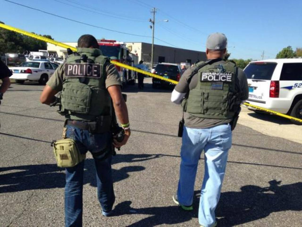 La Policía de Birmingham, Alabama, acudió a la empresa de envíos postales por la alerta de un pistolero activo en la zona. foto edh / www.al.com/