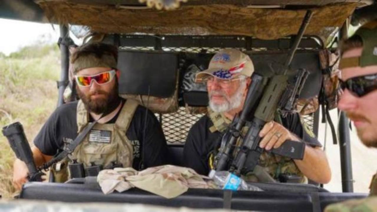 Los patrulleros armados vigilan la frontera sur de EE.UU.