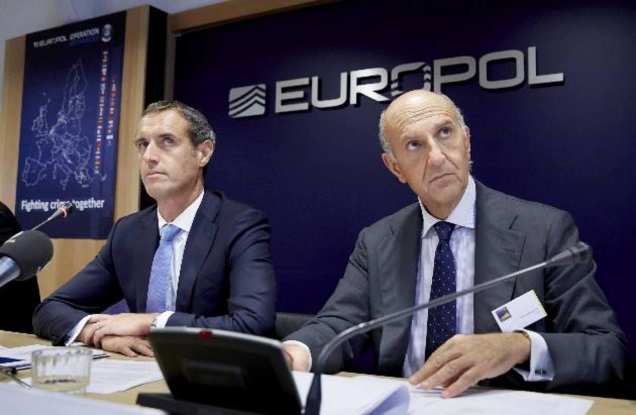 El director de la Europol, Rob Wainwright (i), y el jefe de la policía italiana, Alessandro Pansa (d). foto edh / efe