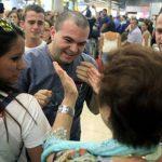 El padre Toño fue recibido ayer por familiares y amigos en el aeropuerto de Madrid-Barajas, España. Foto EDH/RTVE