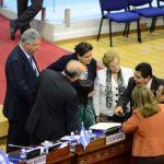Varios diputados de la bancada de ARENA conversan ayer durante el pleno en el Salón Azul. Foto EDH / omar carbonero.